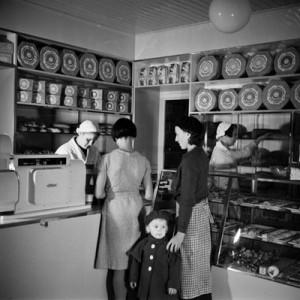 1950: Asiakkaita Elannon leipämyymälässä. Kuva: Helsingin Kaupunginmuseo